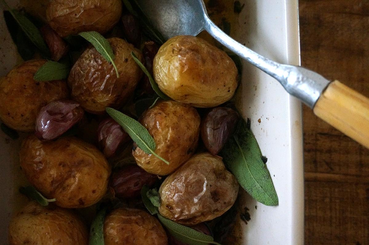 batata-assada-salvia-alho-1