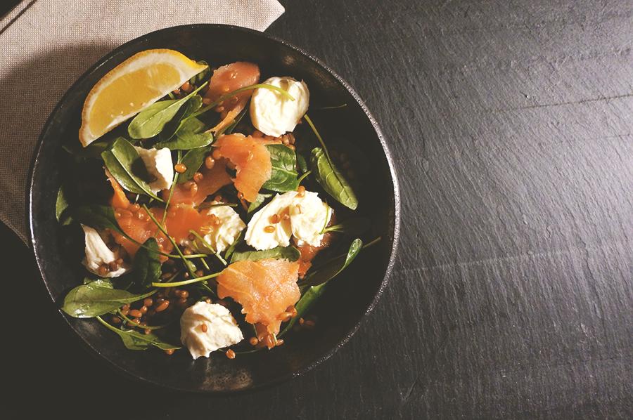salada-trigo-salmao-molho-verde